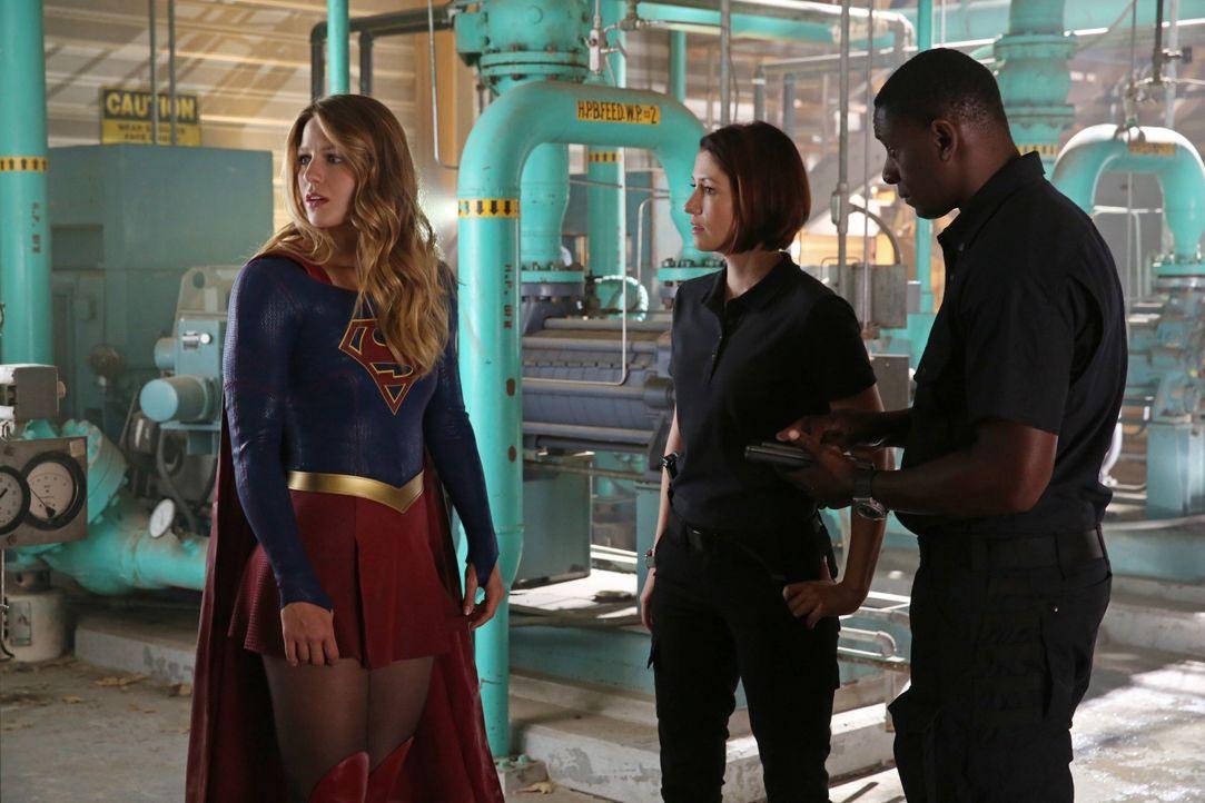 Alex (Chyler Leigh, M.) gelingt es, Hank Henshaw (David Harewood, r.) davon zu überzeugen, dass Kara (Melissa Benoist, l.) im Kampf gegen die feindl... - Bildquelle: 2015 Warner Bros. Entertainment, Inc.