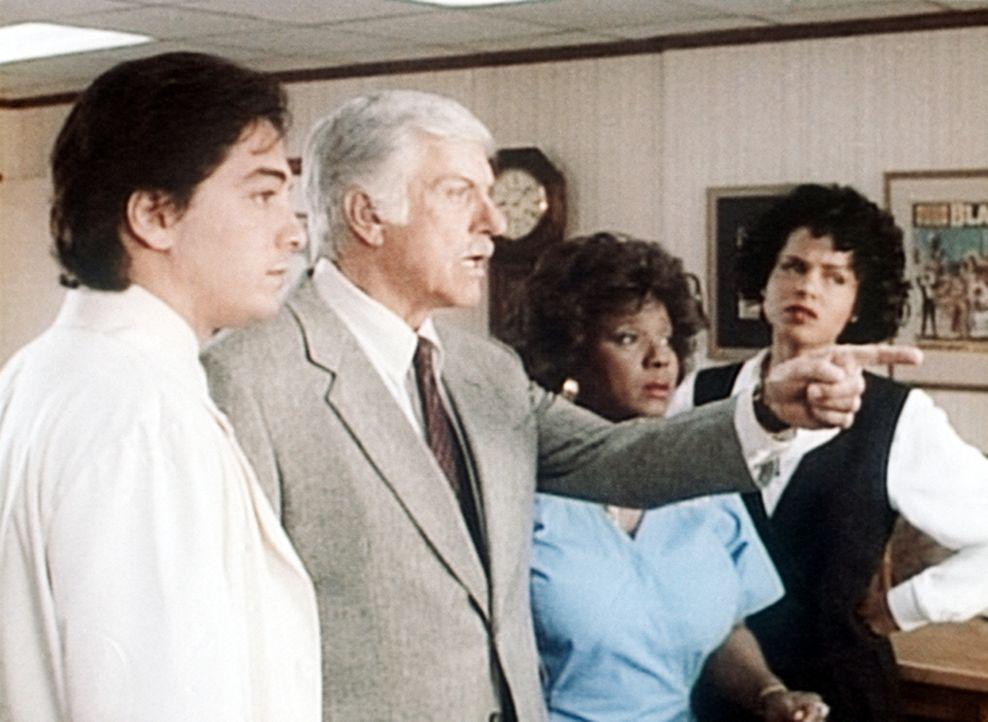 (v.l.n.r.) Jack (Scott Baio), Mark (Dick Van Dyke), Delores (Delores Hall) und Amanda (Victoria Rowell) konnten den Mord im Krankenhaus nicht verhin... - Bildquelle: Viacom