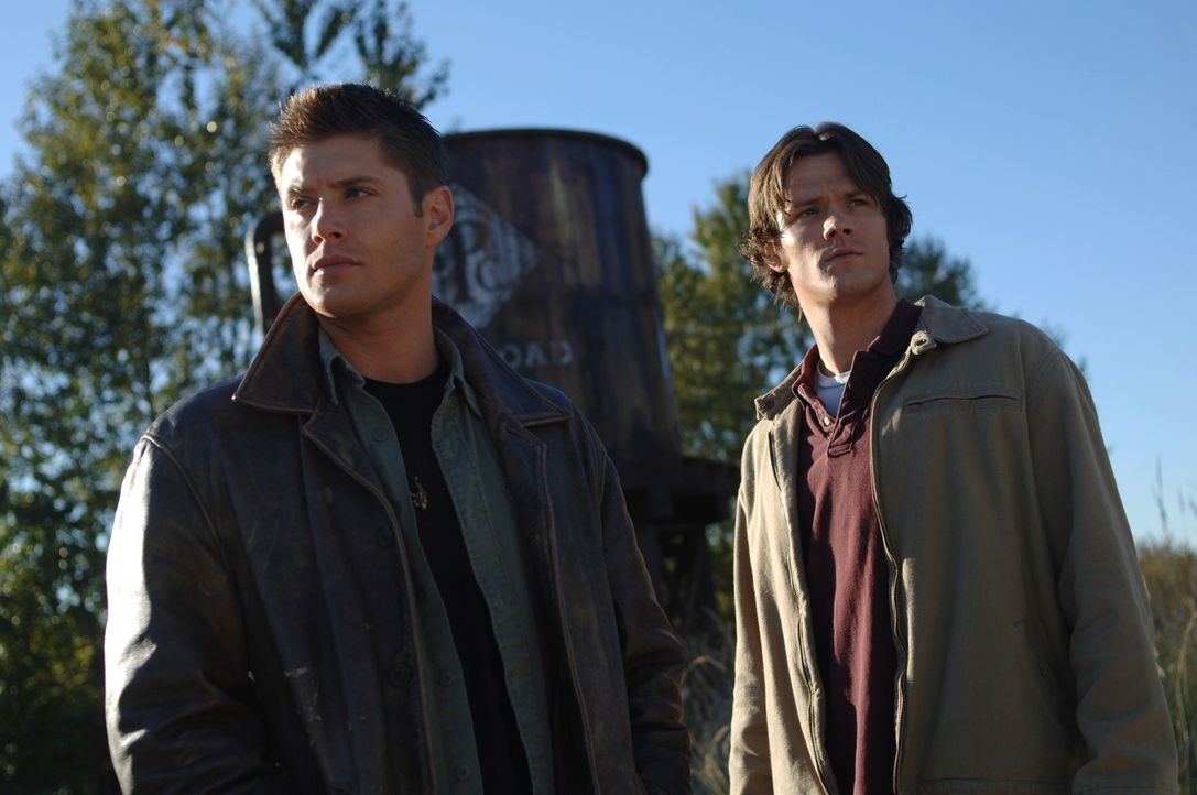 Um einen Mann namens Evan zu retten, müssen es Sam (Jared Padalecki, r.) und Dean (Jensen Ackles, l.) mit einem Dämon aufnehmen ... - Bildquelle: Warner Bros. Television