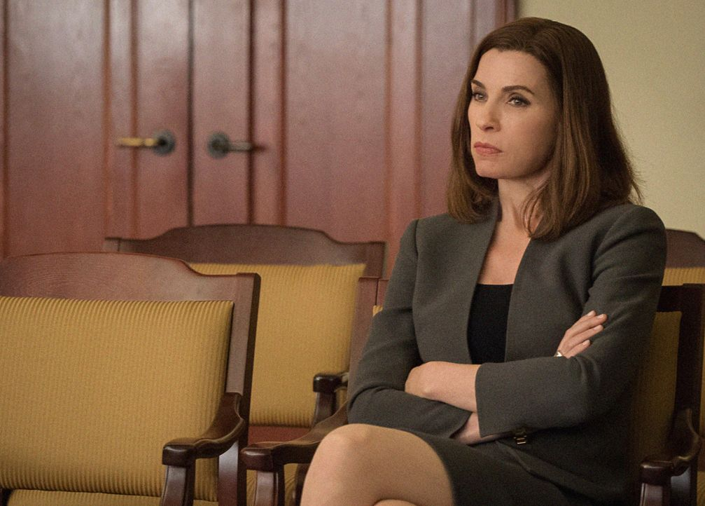 In einem Wahlcomputer wird ein Chip gefunden, mit dem sich die Zählung der Stimmen manipulieren lässt, nun steht Alicia (Julianna Margulies) unter V... - Bildquelle: Jojo Whilden 2014 CBS Broadcasting Inc. All Rights Reserved.