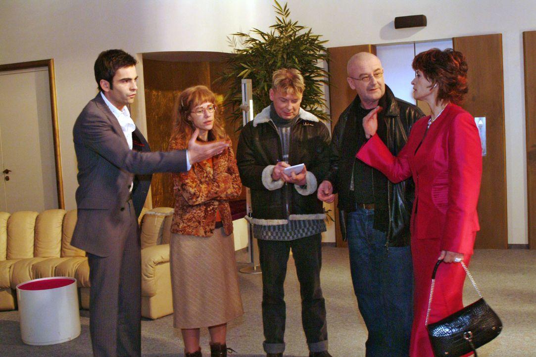 Lisa (Alexandra Neldel, 2.v.l.) ist froh, dass David (Mathis Künzler, l.) ihr nach Richards Übergriff zur Seite steht. Sophie (Gabrielle Scharnitzky... - Bildquelle: Monika Schürle SAT.1 / Monika Schürle