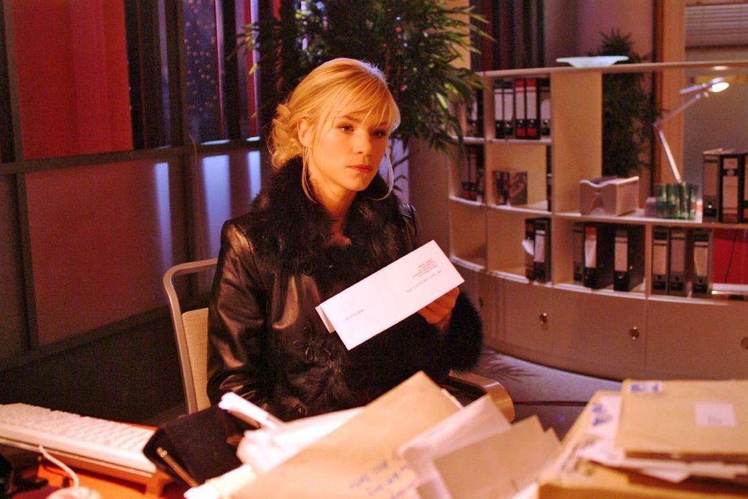 Sabrina (Nina-Friederike Gnädig) hält fassungslos ihre Wohnungskündigung in den Händen. - Bildquelle: Monika Schürle SAT.1 / Monika Schürle