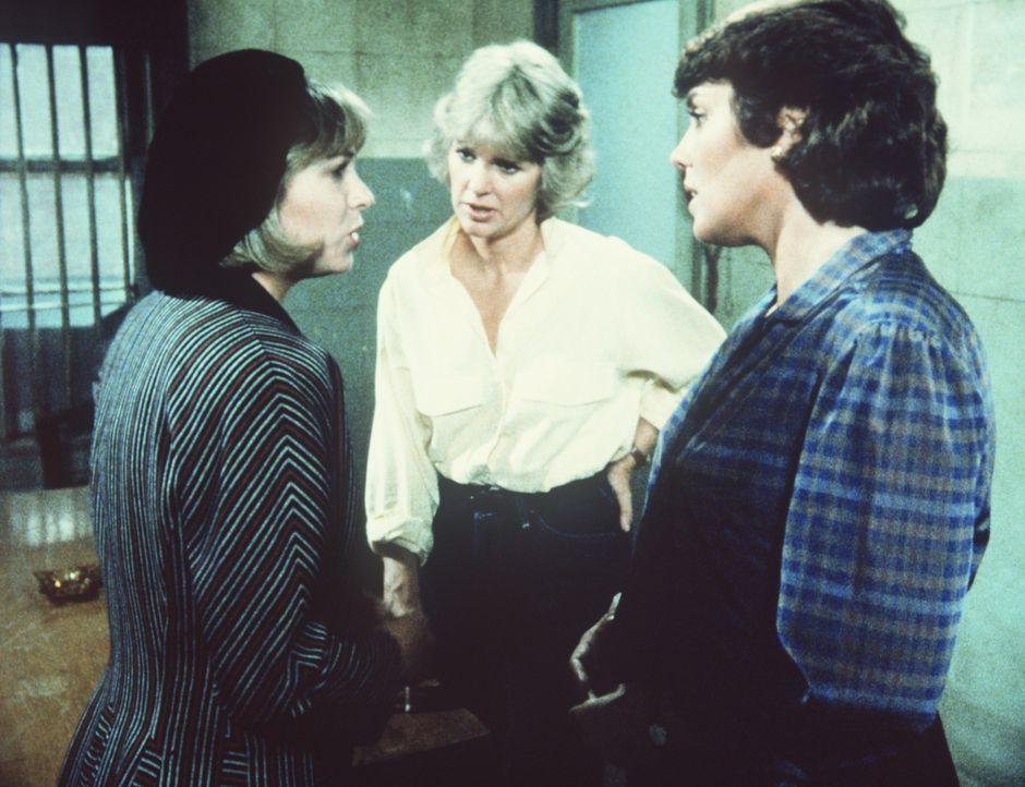 Jane Tanton (Dinah Manoff, l.) gesteht Cagney (Sharon Gless, M.) und Lacey (Tyne Daly), ihren Vater ermordet zu haben. - Bildquelle: ORION PICTURES CORPORATION. ALL RIGHTS RESERVED.