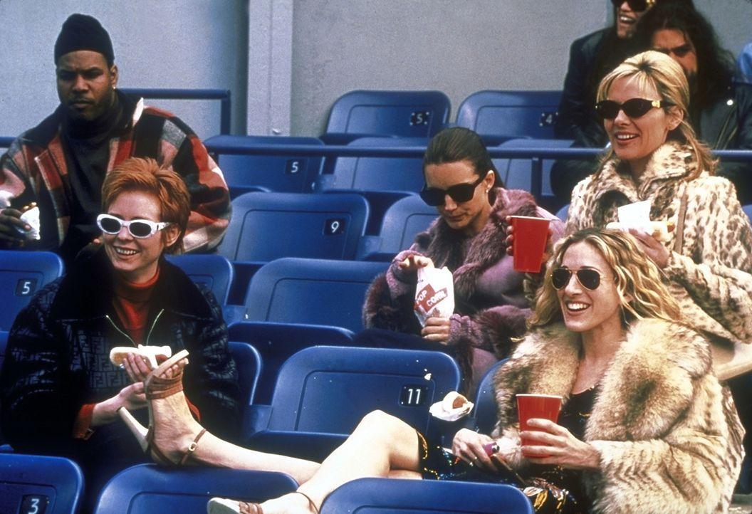 Die vier Freundinnen (v.l.n.r.) Miranda (Cynthia Nixon), Charlotte (Kristin Davis), Carrie (Sarah Jessica Parker) und Samantha (Kim Cattrall) amüsie... - Bildquelle: 2001 Paramount Pictures
