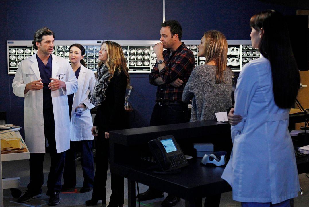 Cooper (Paul Adelstein, 3.v.r.) und Charlotte (KaDee Strickland, 2.v.r.) bringen Erica (A.J. Langer, 3.v.l.) ins Seattle Grace Hospital um mit Derek... - Bildquelle: ABC Studios