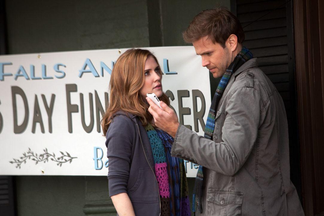 Alaric (Matthew Davis, r.) hilft Jenna (Sara Canning, l.) bei den Vorbereitungen und dabei kommen sie sich etwas näher ... - Bildquelle: Warner Bros. Television
