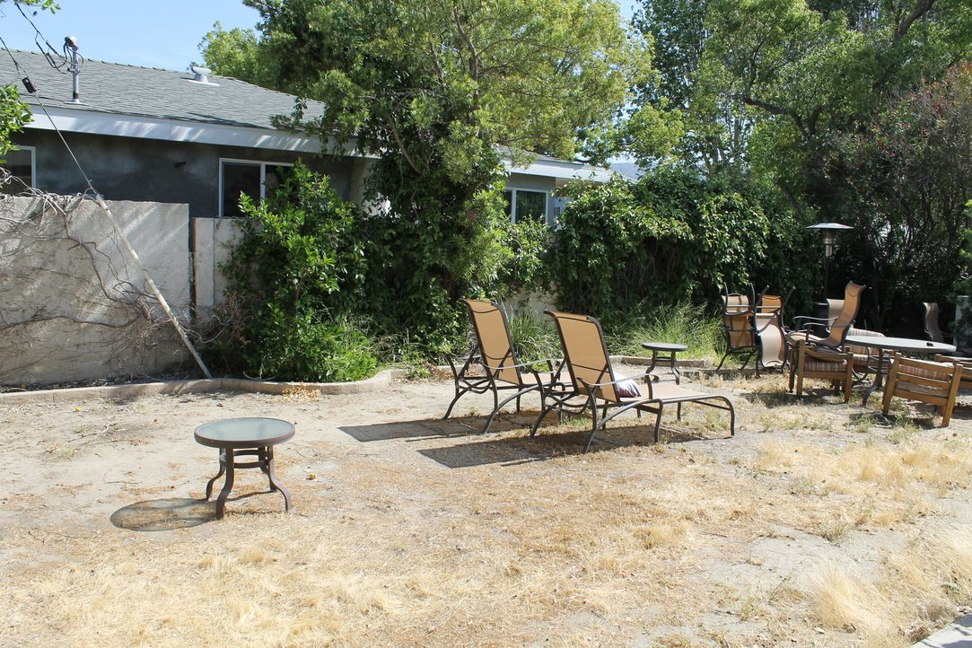 Trist, langweilig und ausgetrocknet kommt der Garten von Gary und Luiza daher, doch das soll sich mit Saras Hilfe jetzt ändern ... - Bildquelle: 2014, DIY Network/Scripps Networks, LLC. All Rights Reserved.