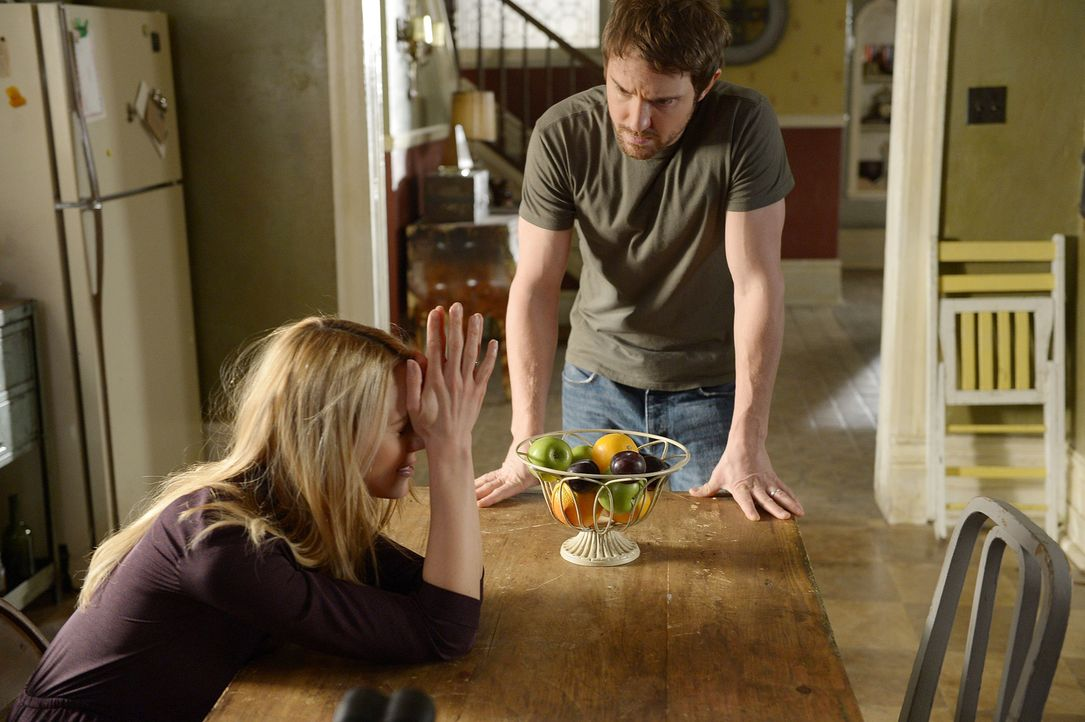 Als wenn ihre Ehekrise nicht schon genug wäre, müssen sich Nora (Kristen Hager, l.) und Josh (Sam Huntington, r.) auch noch als Geister-Babysitter b... - Bildquelle: Philippe Bosse 2014 B.H. 4 Productions (Muse) Inc. ALL RIGHTS RESERVED.