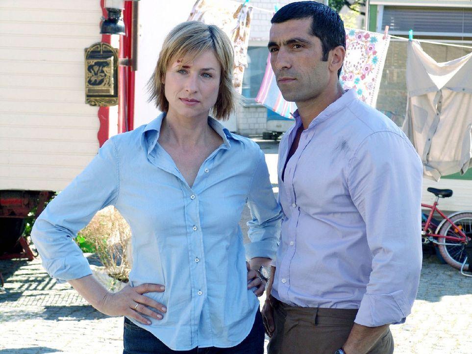 Eva (Corinna Harfouch, l.) ermittelt mit ihrem Kollegen Alyans (Erdal Yildiz, r.) im Mordfall an dem Filmproduzenten J.J. Epstein. - Bildquelle: Sat.1