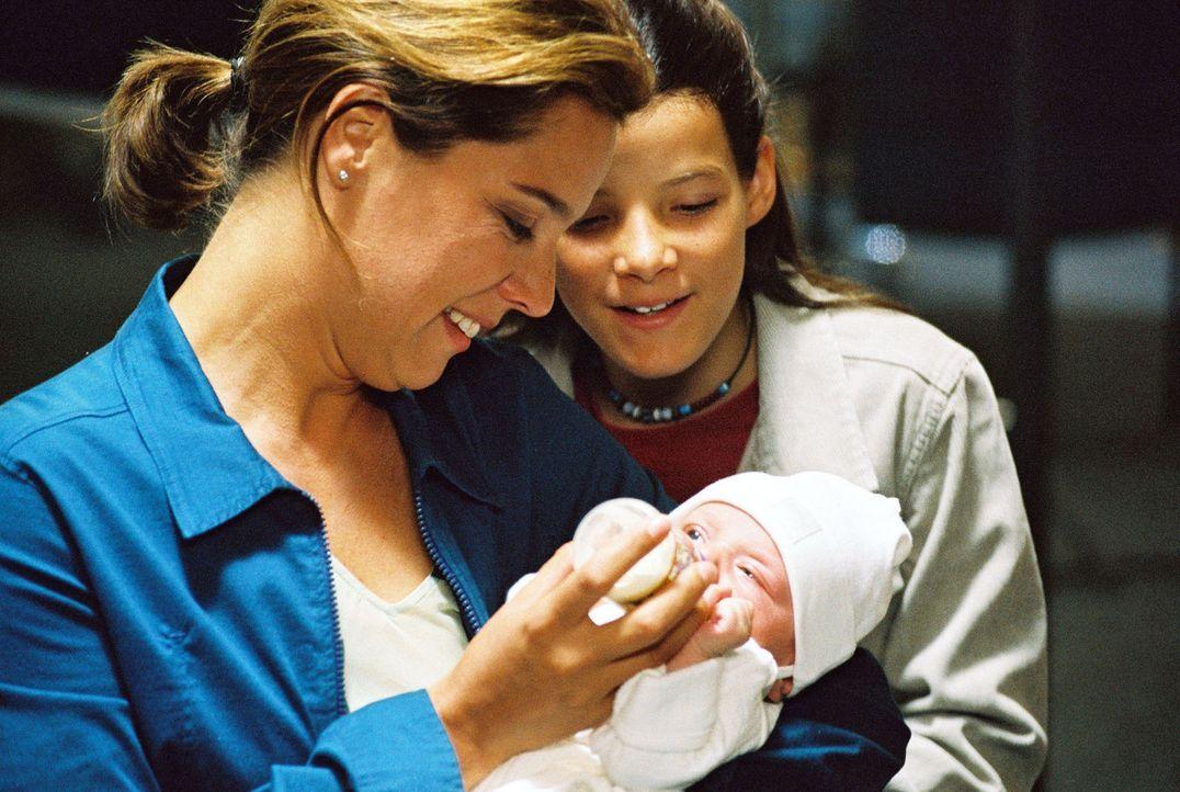 """Katja (Désirée Nosbusch, l.) und Maja (Lulu Grimm, r.) kümmern sich um """"Baby Jane"""". - Bildquelle: Sat.1"""