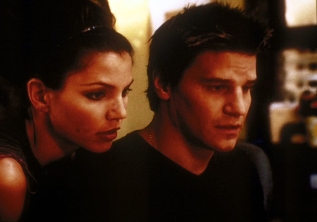 Angel (David Boreanaz, r.) und Cordelia (Charisma Carpenter, l.) machen eine, für ihren aktuellen Fall wichtige, Entdeckung ... - Bildquelle: TM +   2000 Twentieth Century Fox Film Corporation. All Rights Reserved.