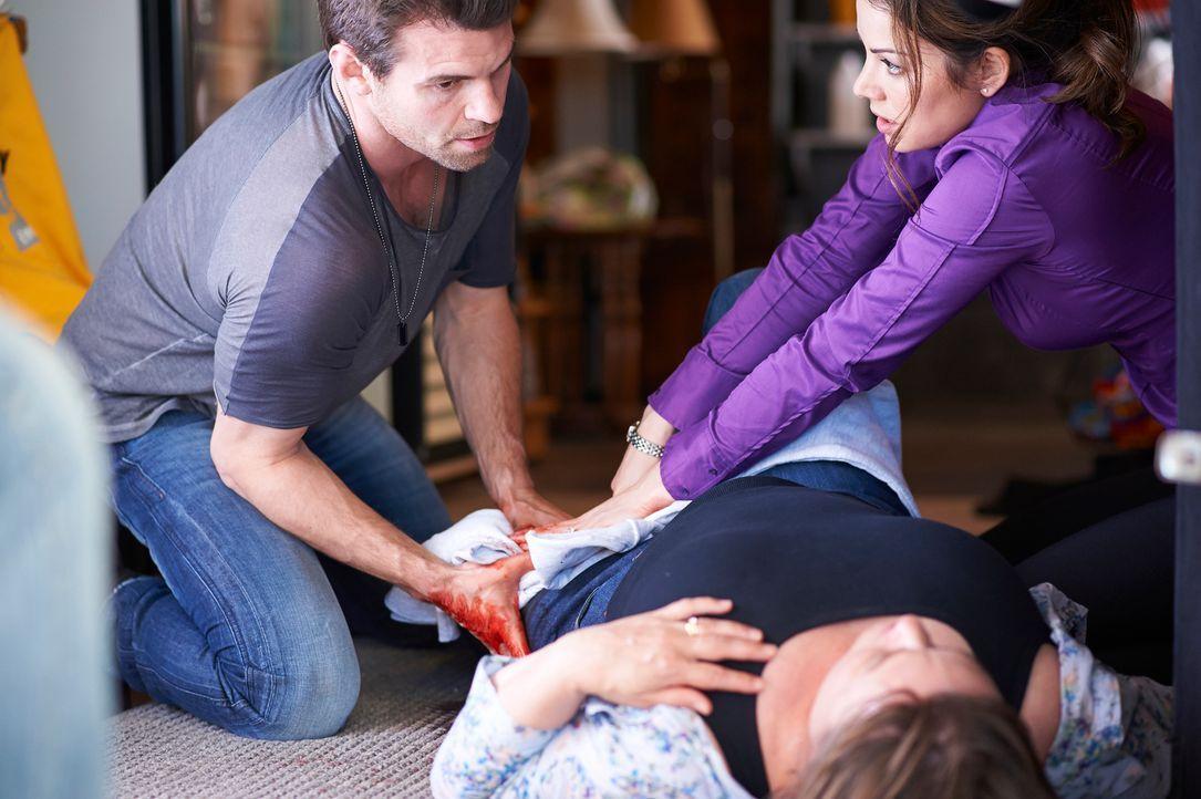 Können Joel (Daniel Gillies, l.) und Alex (Erica Durance, r.) mehrere Verletzte alleine mit den Mitteln retten, die sie in der Einöde finden? - Bildquelle: 2012  Hope Zee One Inc.