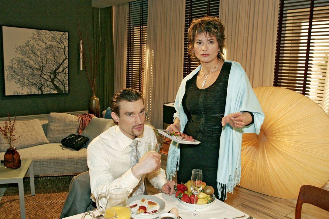 Richard (Karim Köster, l.) wundert sich, dass seine Mutter Sophie (Gabrielle Scharnitzky, r.) unbedingt die Anmoderation für Davids Show übernehm... - Bildquelle: Sat.1