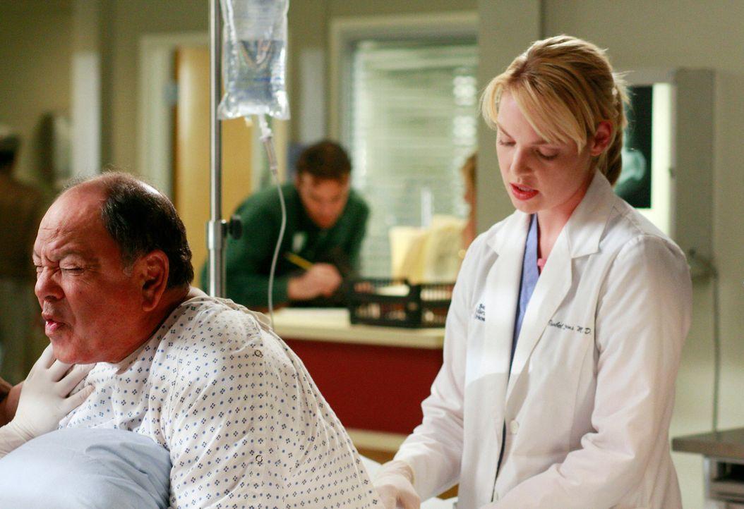 Da Izzie (Katherine Heigl, r.) unbedingt den Wettkampf um den Titel des besten Chirurgen gewinnen möchte, hofft sie bei ihren Patienten  Otis Sharo... - Bildquelle: Touchstone Television