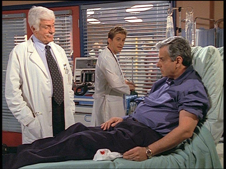 Mark (Dick Van Dyke, l.) und Jesse (Charlie Schlatter, M.) behandeln Saul Singer (Ken Lerner, r.), den berühmten Kandidaten einer Quizsendung, der... - Bildquelle: Viacom