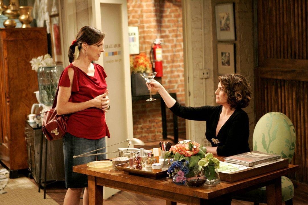 Karen (Megan Mullally, r.) kann es einfach nicht lassen und versucht Val (Molly Shannon, l.) mit Alkohol zu locken ... - Bildquelle: Chris Haston 2003 NBC, Inc. All rights reserved.