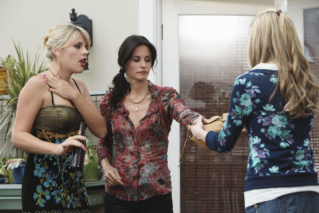 Kylie (Spencer Locke, r.) ist über das verhalten von Jules (Courtney Cox, M.) und Laurie (Busy Philipps, l.) etwas verwirrt ... - Bildquelle: 2009 ABC INC.