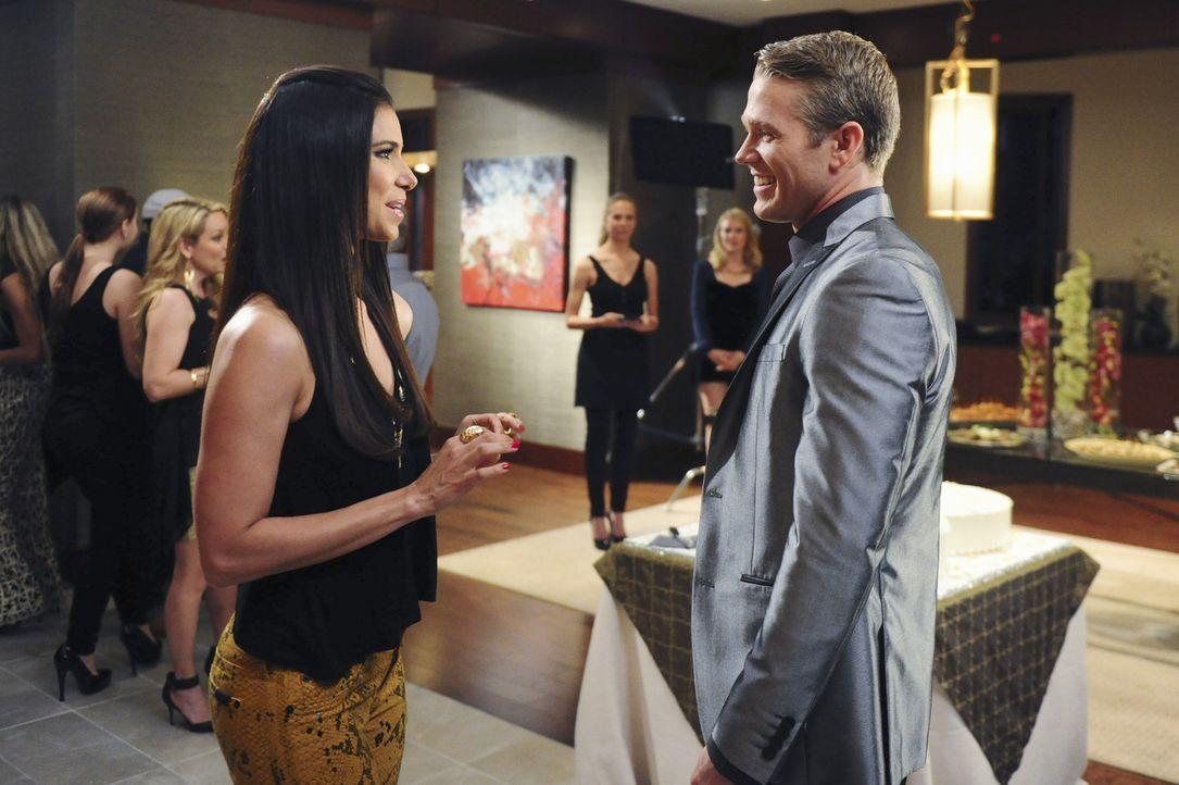 Noch ahnen Carmen (Roselyn Sanchez, l.) und Dr. Blake McDye (Brett Zimmerman, r.) nicht, dass sie diesen Abend nicht gut in Erinnerung behalten werd... - Bildquelle: 2014 ABC Studios