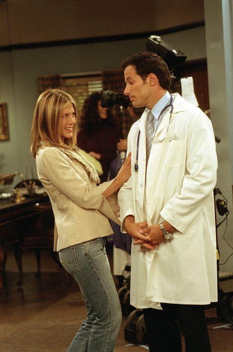 Rachel (Jennifer Aniston, l.) lernt durch Joey den bekannten Schauspieler Kash (Johnny Messner, r.) kennen und vereinbart mit ihm ein Date. - Bildquelle: TM+  WARNER BROS.