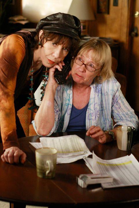 Mrs. McCluskey (Kathryn Joosten, r.) macht mit ihre Schwester Roberta (Lily Tomlin, l.) einen Versuch, etwas über Dave zu erfahren. Doch der Versuch... - Bildquelle: ABC Studios