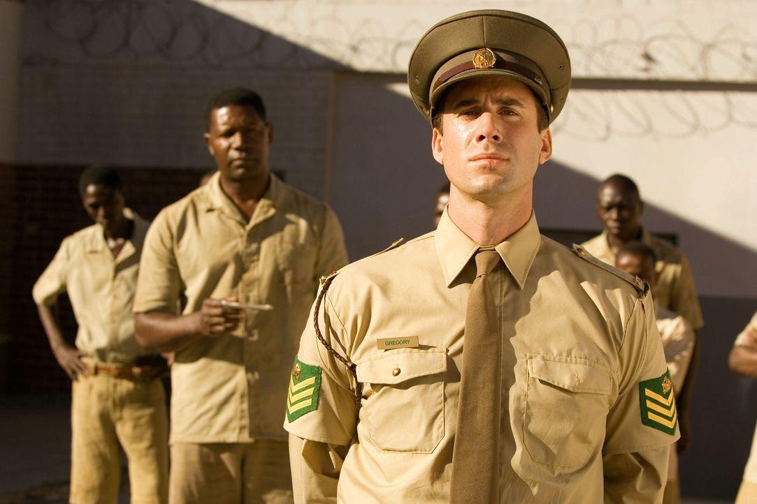 Während Südafrika unter dem rassistischen Apartheidsregime leidet, schließt ein weißer Gefängniswärter (Joseph Fiennes, vorne) Freundschaft mi... - Bildquelle: Warner Brothers International Television Distribution Inc.