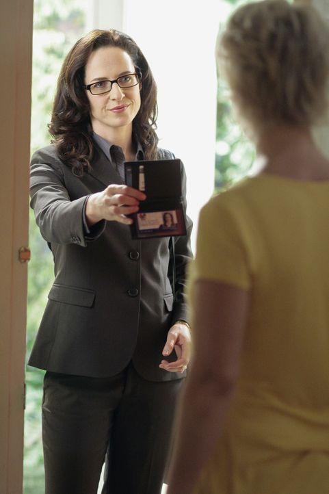 Die Verwunderung bei Nicole (Marguerite MacIntyre, vorne) ist groß, als plötzlich die Sozialarbeiterin Constance Berlinger (Anna Galvin, hinten) v... - Bildquelle: TOUCHSTONE TELEVISION