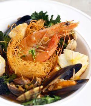 Paella-Nester mit Meeresfrüchten