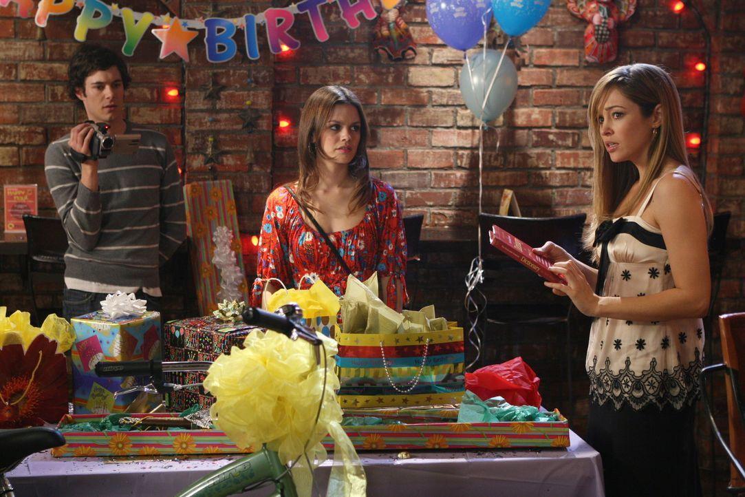 Seth (Adam Brody, l.) und Summer (Rachel Bilson, M.) sehen Taylor (Autumn Reeser, r.) an, dass sie enttäuscht von ihrem Geschenk ist ... - Bildquelle: Warner Bros. Television