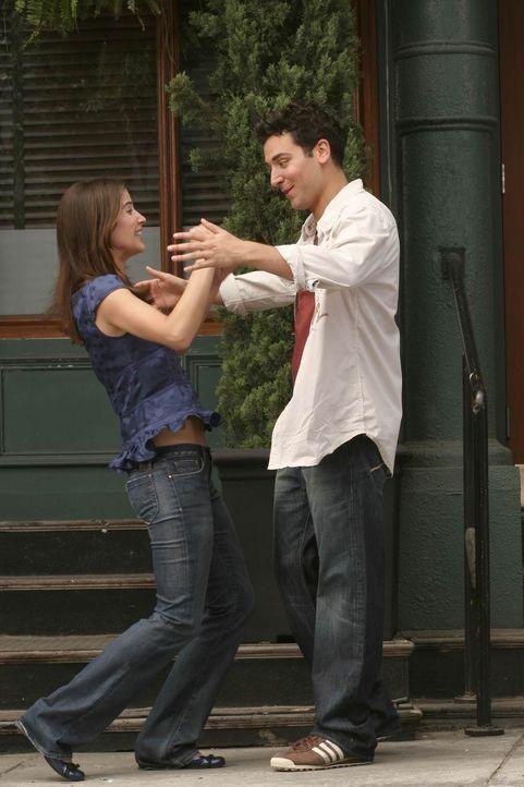 Zum dreißigsten Geburtstag hat Ted (Josh Radnor, r.) seinen Eltern einen Wochenendtrip nach New York geschenkt. Robin (Cobie Smulders, l.) wird vorg... - Bildquelle: Monty Brinton 20th Century Fox International Television