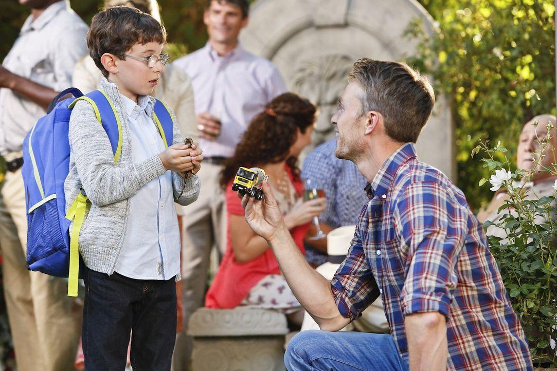 Schnell wird Wade (Wilson Bethel, r.) klar, dass er einiges tun muss, um Harley (Cole Sand, l.) für sich zu gewinnen ... - Bildquelle: Warner Brothers