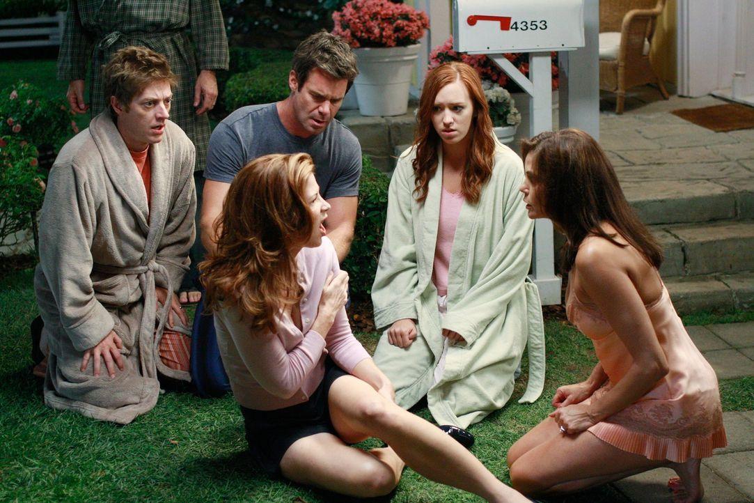 Seit dem Vorfall mit Julie (Andrea Bowen, 2.v.r.) ist Susan (Teri Hatcher, r.) sehr besorgt. Als sie jemanden ums Haus schleichen sieht, kommt es zu... - Bildquelle: ABC Studios