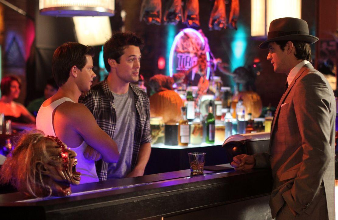 Halloween steht vor der Tür: Mouth (Lee Norris, l.), Chase (Stephen Colletti, M.) und Nathan (James Lafferty, r.) begießen den Gruseltag im Tric ... - Bildquelle: Warner Bros. Pictures