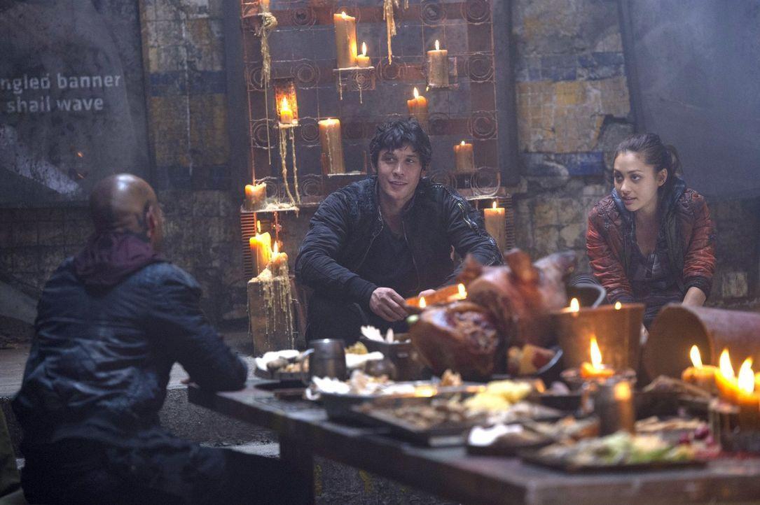 Lincoln (Ricky Whittle, l.), Bellamy (Bob Morley, M.) und Raven (Lindsey Morgan, r.) müssen auf ein Urteil warten, nachdem sie angeblich einen Angri... - Bildquelle: 2014 Warner Brothers