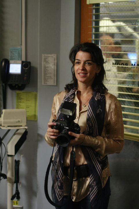 Die Fotografin Diana Moore (Annabella Sciorra) rückt Sams Sicht auf die Welt wieder in ein besseres Licht ... - Bildquelle: Warner Bros. Television