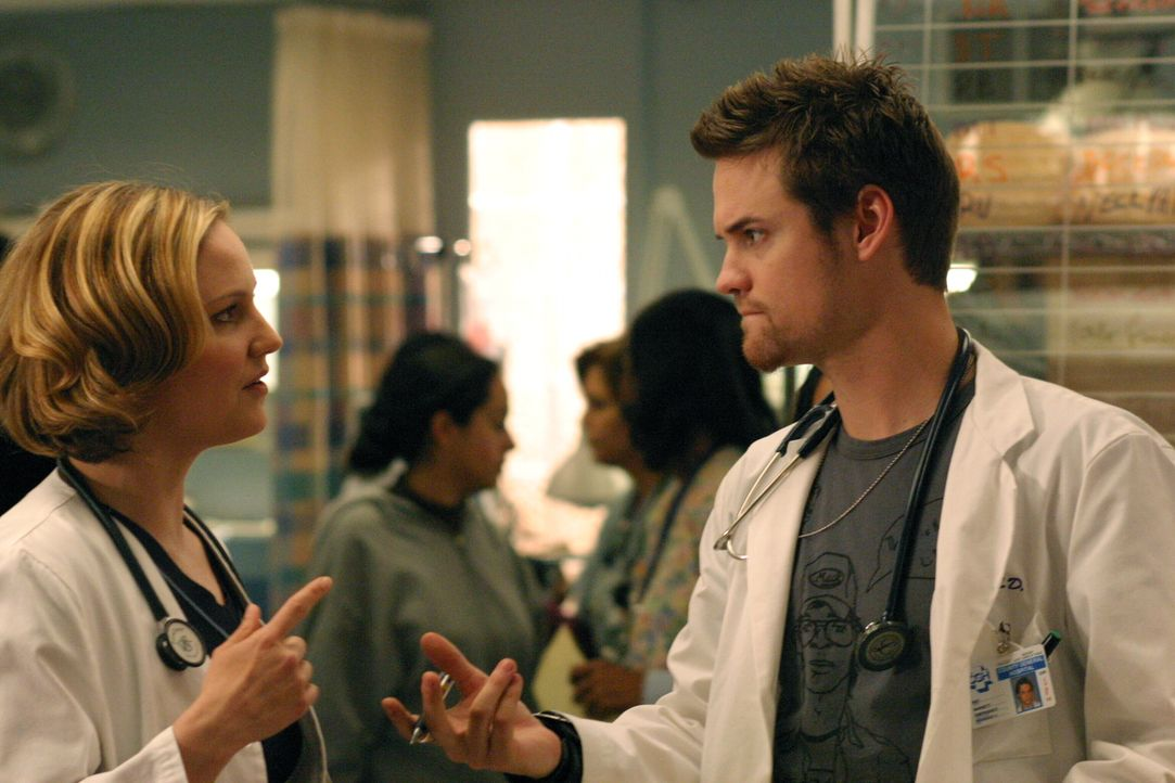 Als sich Rays (Shane West, r.) Ausbildungsjahr im County dem Ende nähert, rät ihm Susan (Sherry Stringfield, l.), sein Studium nur dann fortzusetzen... - Bildquelle: WARNER BROS
