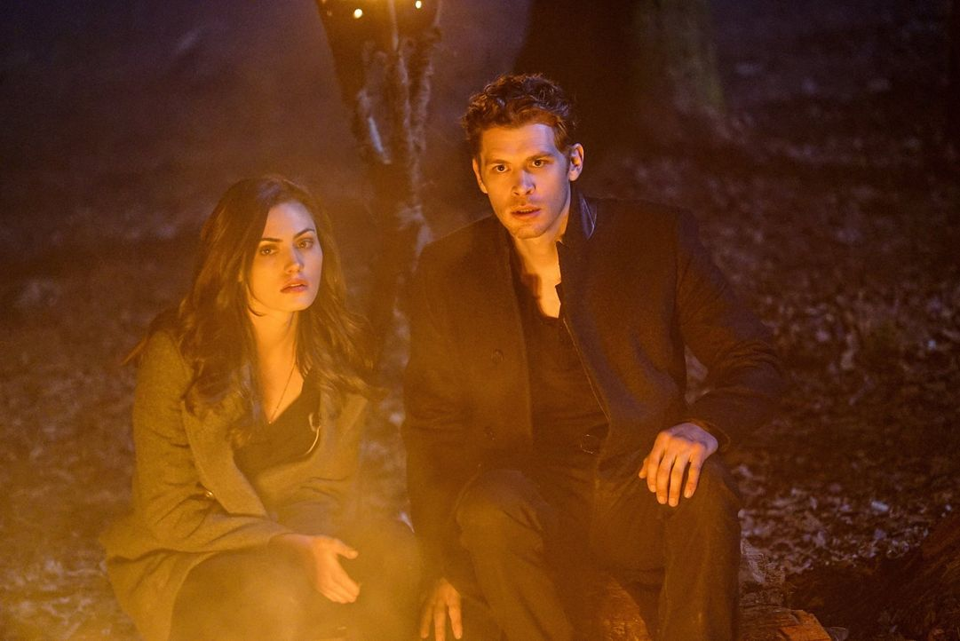 Sind sich uneinig über den Verlauf ihrer Flucht und die Zukunft ihrer Tochter: Hayley (Phoebe Tonkin, l.) und  Klaus (Joseph Morgan, r.) ... - Bildquelle: Warner Bros. Entertainment, Inc.