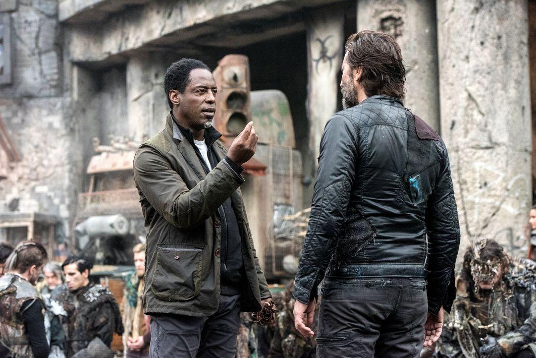 Vor sechs Monaten arbeiteten Jaha (Isaiah Washington, l.) und Kane (Henry Ian Cusick, r.) noch gemeinsam daran, die Menschen auf dem Arc zu retten,... - Bildquelle: 2014 Warner Brothers