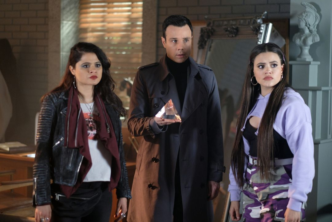 (v.l.n.r.) Mel Vera (Melonie Diaz); Harry Greenwood (Rupert Evans); Maggie Vera (Sarah Jeffery) - Bildquelle: Robert Falconer 2019 The CW Network, LLC. All rights reserved. / Robert Falconer