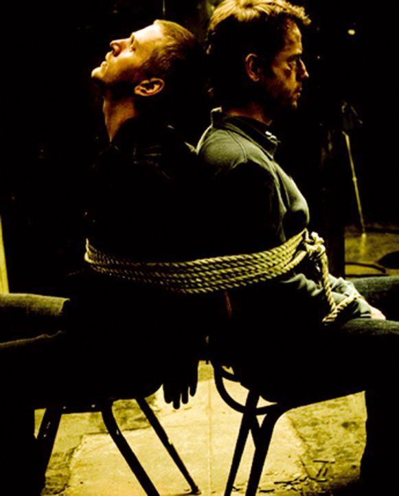 Fünf Männer wachen ohne jegliche Erinnerung, weder der Geschehnisse noch ihrer eigenen Identität, in einer Fabrikhalle auf. Zwei sind gefesselt (... - Bildquelle: 2002-2007 ASCOT ELITE Home Entertainment GmbH. Alle Rechte vorbehalten.