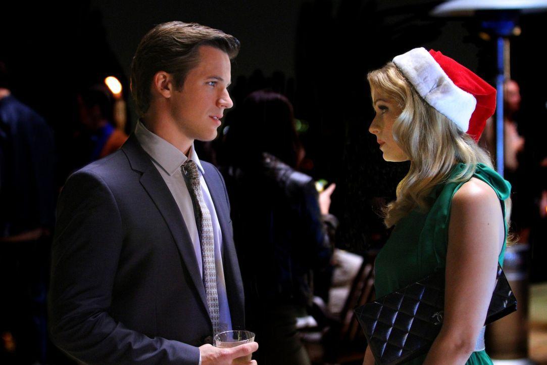 Liam (Matt Lanter, l.) ist auf eine Party eingeladen und trifft zufällig Bree (Cameron Goodman, r.), die als Hostess arbeitet. Er ist fassungslos ... - Bildquelle: 2011 The CW Network. All Rights Reserved.