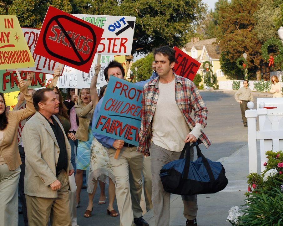 Während vor Arts (Matt Roth, r.) Haus ein Protest stattfindet, durchsucht Susan Orsons Büro und macht eine Entdeckung ... - Bildquelle: 2005 Touchstone Television  All Rights Reserved
