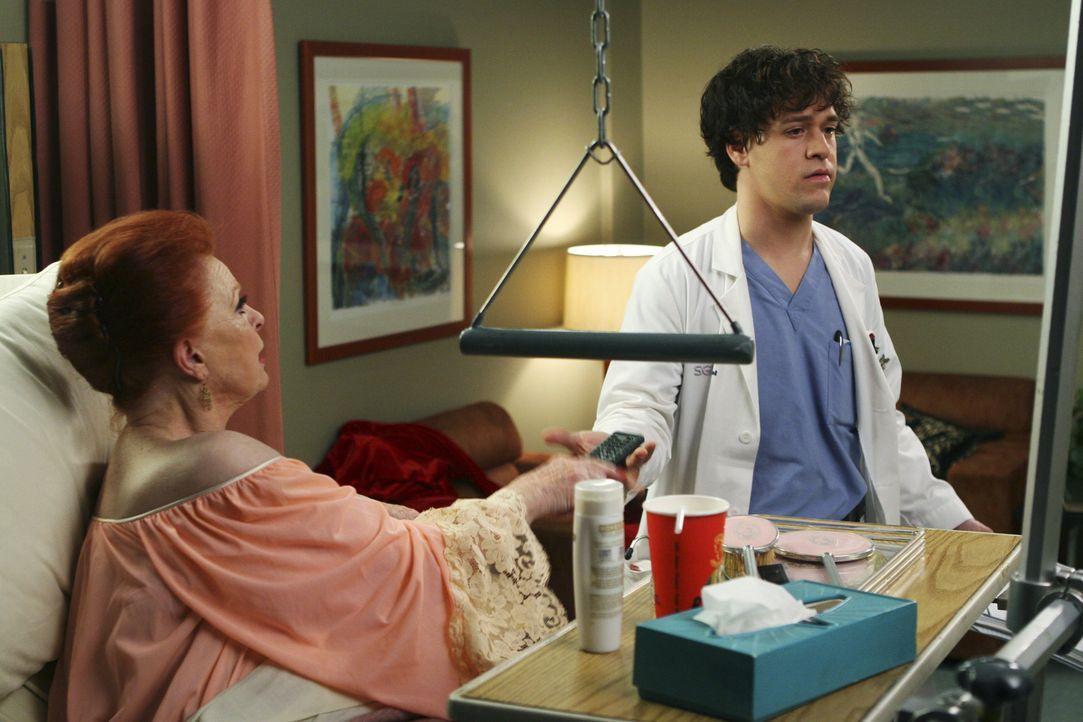 Sophie Larson (Carole Cook, l.) hält George (T.R. Knight, r.) ganz schön auf Trapp ... - Bildquelle: Touchstone Television