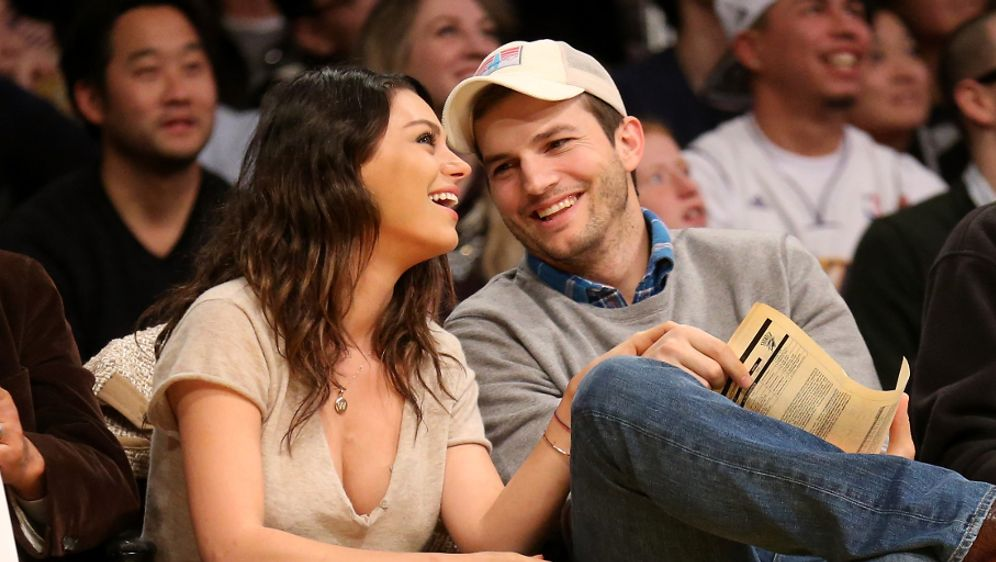 mila kunis und ashton kutcher verliebter auftritt. Black Bedroom Furniture Sets. Home Design Ideas