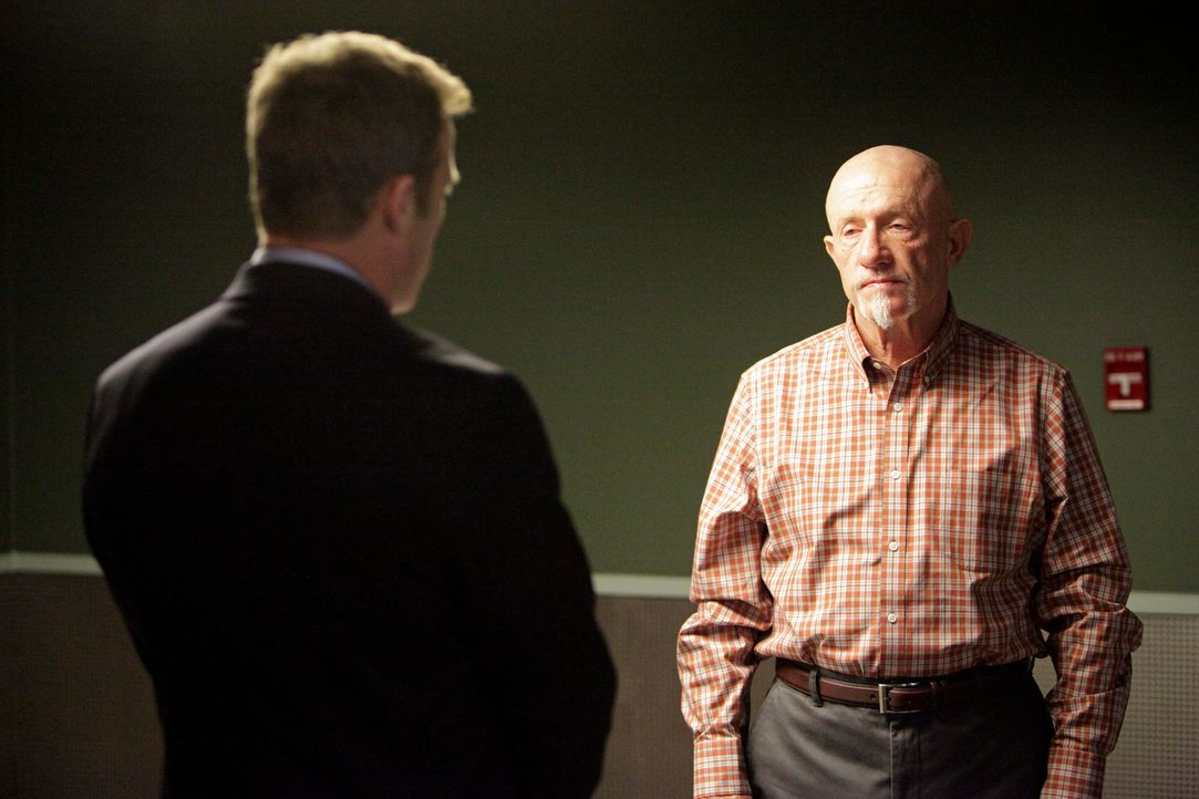 Detective Glenn Fitz (Jonathan Banks, r.) gerät unter Verdacht, den Vater von Dr. Megan Hunt getötet zu haben. Det. Tommy Sullivan (Mark Valley, l.)... - Bildquelle: 2013 American Broadcasting Companies, Inc. All rights reserved.