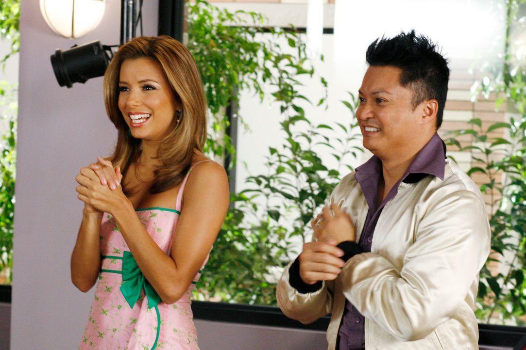 Gabrielle (Eva Longoria, l.) ist nun endgültig von Carlos geschieden und fragt sich, was sie mit ihrem Leben anfangen soll - doch dann bekommt sie v... - Bildquelle: 2005 Touchstone Television  All Rights Reserved