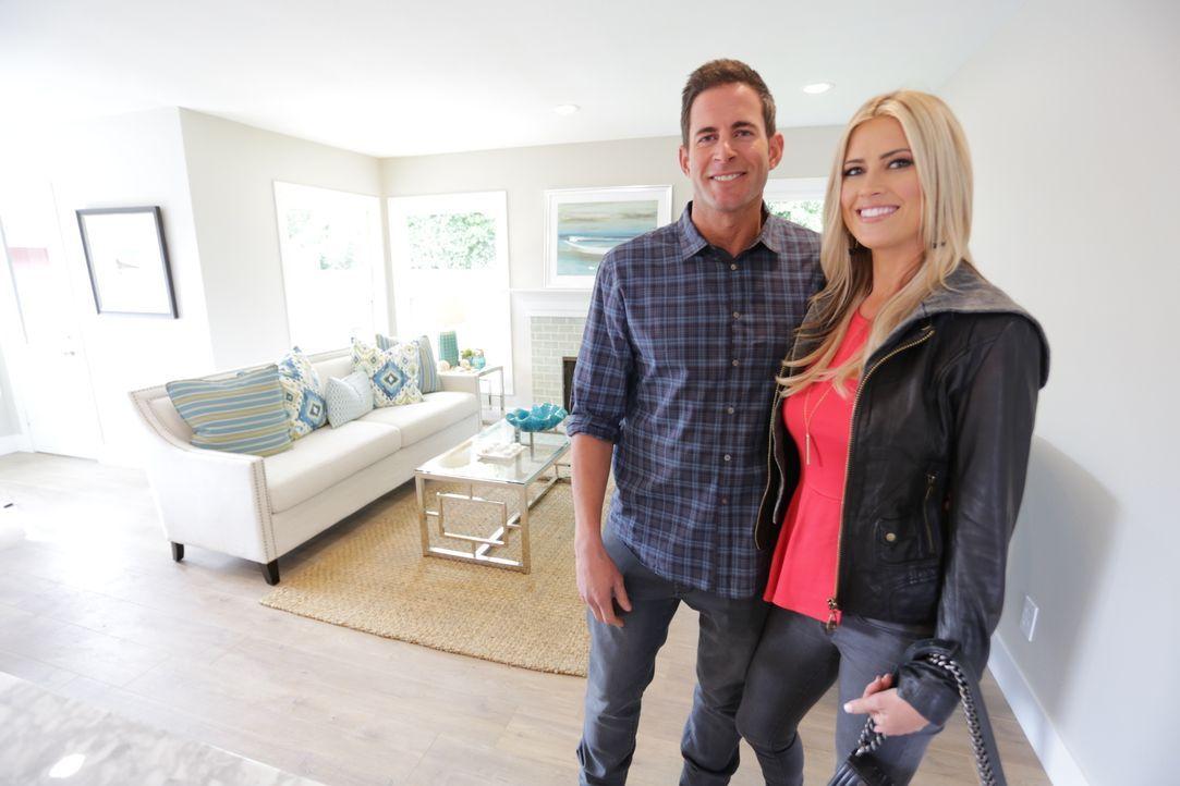 Das Makler-Ehepaar Christina (r.) und Tarek (l.) hoffen mit ihrem vollendeten Werk auf einen gewinnbringenden Verkauf. Ob sich das finanzielle Risik... - Bildquelle: 2016,HGTV/Scripps Networks, LLC. All Rights Reserved