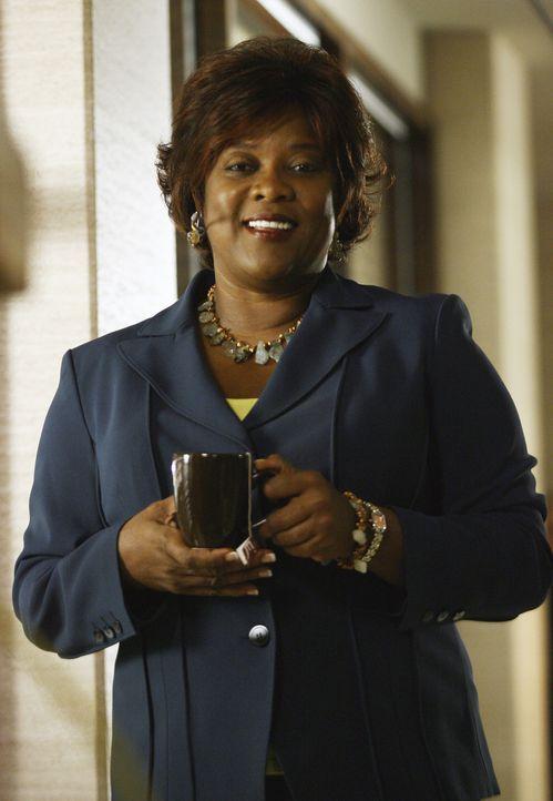 Die Sektretärin Patti (Loretta Devine) kann über Elis Verhalten nur noch lachen. Sie unterstützt den Anwalt jedoch, wo sie nur kann ... - Bildquelle: Disney - ABC International Television