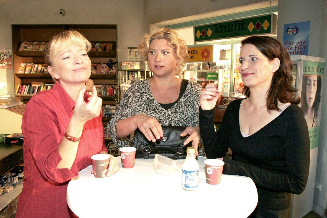Agnes (Susanne Szell, M.) muss sich den Spott von Helga (Ulrike Mai, l.) und Inka (Stefanie Höner, r.) gefallen lassen, als sie von ihrem Abend mit... - Bildquelle: Noreen Flynn SAT.1 / Noreen Flynn