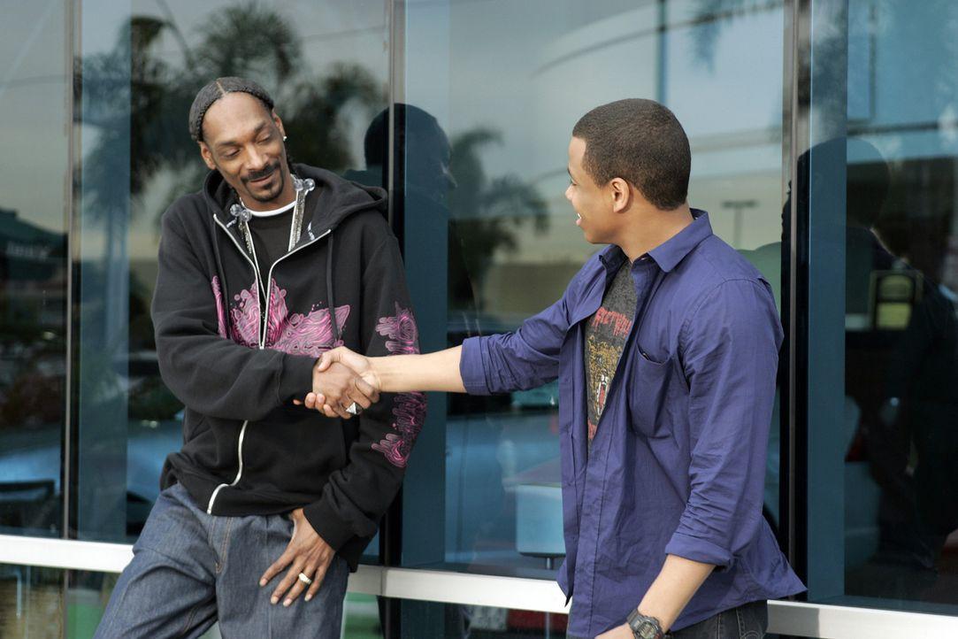 Dixon (Tristan Wilds, r.) macht zufällig einen Riesenfang beim Ferrari-Waschen, als er dem prominenten Rapper Snoop Dogg (Snoop Dogg, l.) über den... - Bildquelle: TM &   CBS Studios Inc. All Rights Reserved