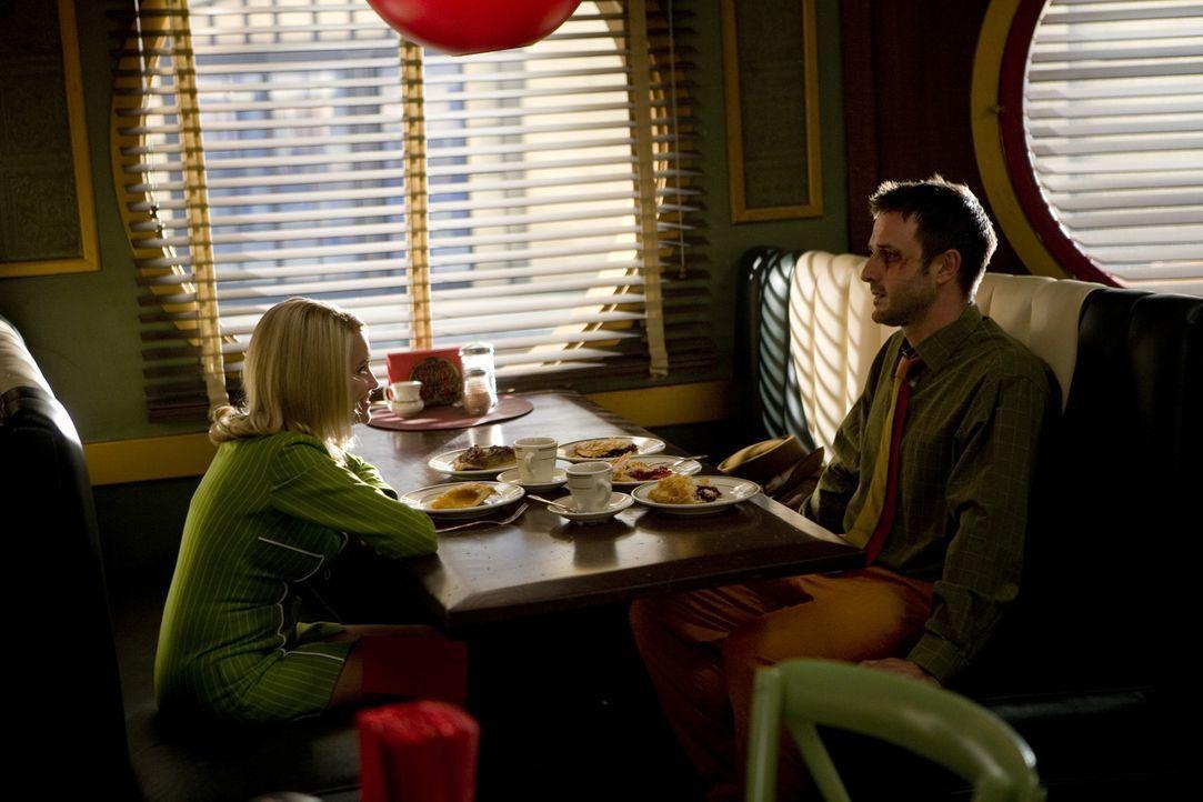 Olive (Kristin Chenoweth, l.) braucht die Hilfe von Tierpräparator Randy Mann (David Arquette, r.): Er soll ihren Freunden Jerry und Buster bei der... - Bildquelle: Warner Brothers